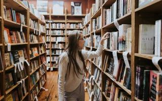 סטודנטית בספריה
